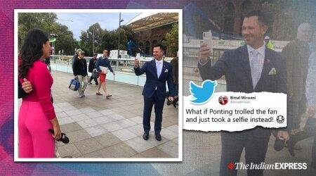 ricky ponting, aus vs pak test, ricky ponting clicks photo for fan, fan ask ponting photo with sports presenter, viral news, funny news, cricket news, indian express