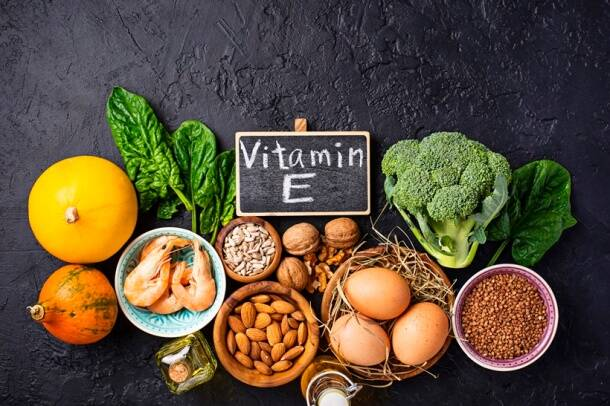 vitamin A, vitamin E, Vitamin C, apple, garlic, rujuta diwekar, dietitian Lavleen Kaur, indianexpress.com, pollution, toxic air, delhi smog, haze, AQI, severe pollution, foods to save you from pollution, home remedies, indianexpress, mulethi benefits, tomato benefits, Vitamin A, anti pollution foods,