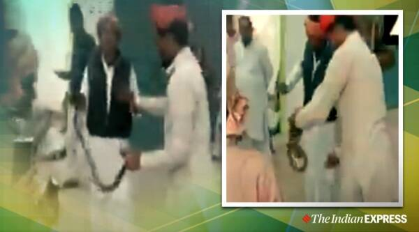 snake, cop dresses up snake charmer, snake charmer viral video, Bijnor, UP, trending, indian express, indian express news
