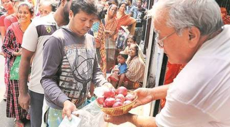 Soaring prices of onion: Mamata visits market for price check, blames Centre for spike