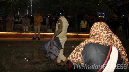 CAA protests, Lucknow CAA protests, Ghanta ghar protests, Up police snatch blankets, Up police, Lucknow police