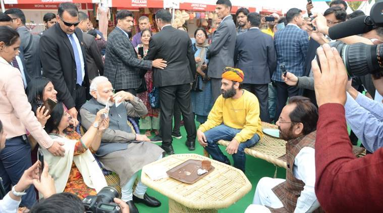 Pm modi relishes litti chokha kulhad chai in suprise visit to hunar haat in delhi