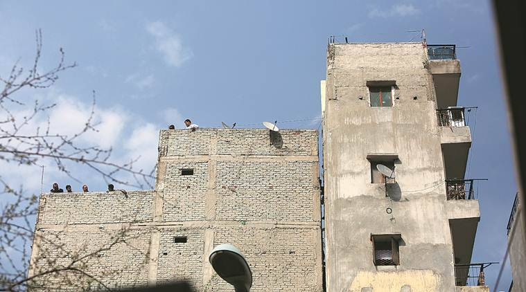 Munirka building tilts, delhi munirka building tilts, sdmc, Munirka building violates norms, Munirka building families evacuated, delhi city news, indian express