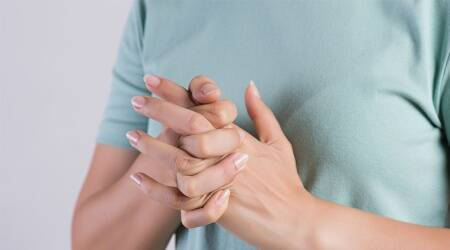 cracking knuckles, side effects of cracking knuckles, arthritis, cracking knuckles pain