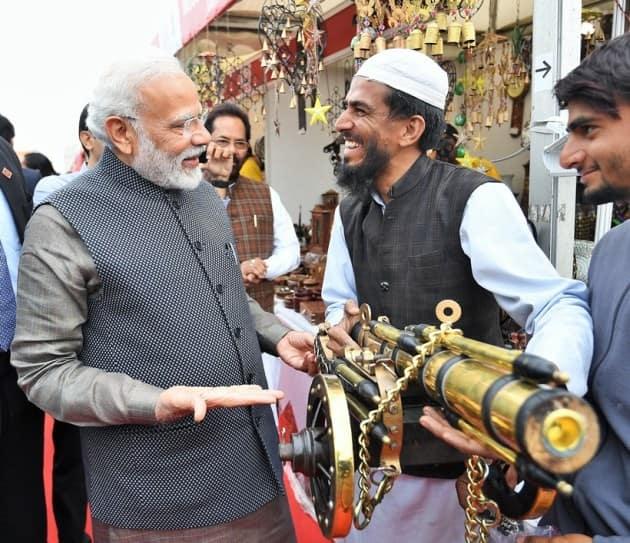 narendra modi hunar haat, narendra modi hunar haat litti chokha, narendra modi meets artisans at hunar haat, india news, indian express
