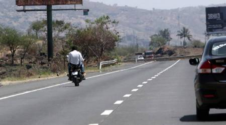 Pune-Mumbai Expressway, Pune-Mumbai Expressway accident, several vehicles run over man in Pune-Mumbai Expressway, mumbai city news, baur man killed in Pune-Mumbai Expressway, pune city news