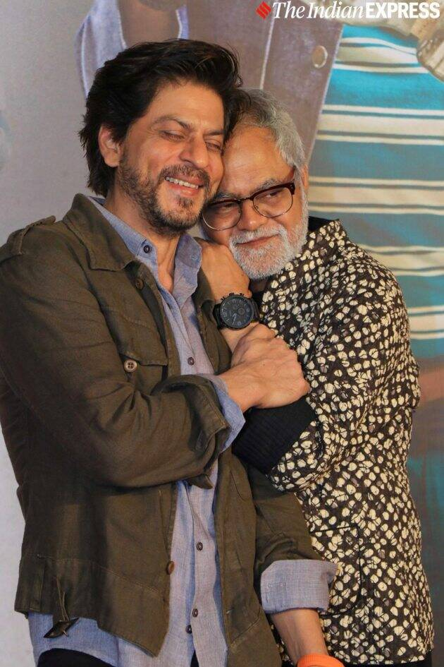 shah rukh khan with sanjay mishra at kaamyaab film screening