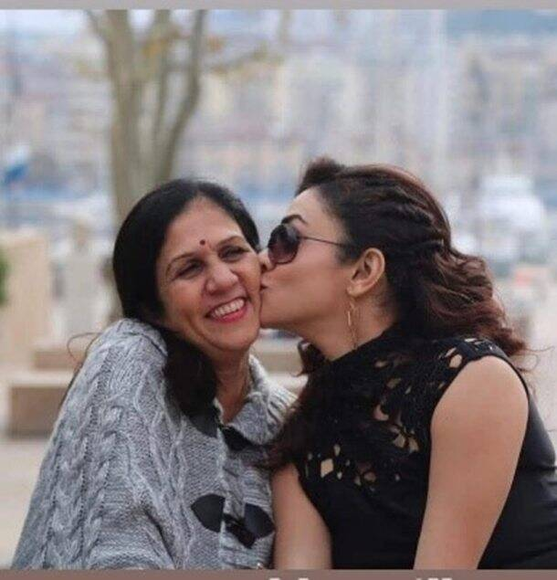 Amruta-Khavilkar-with-mother