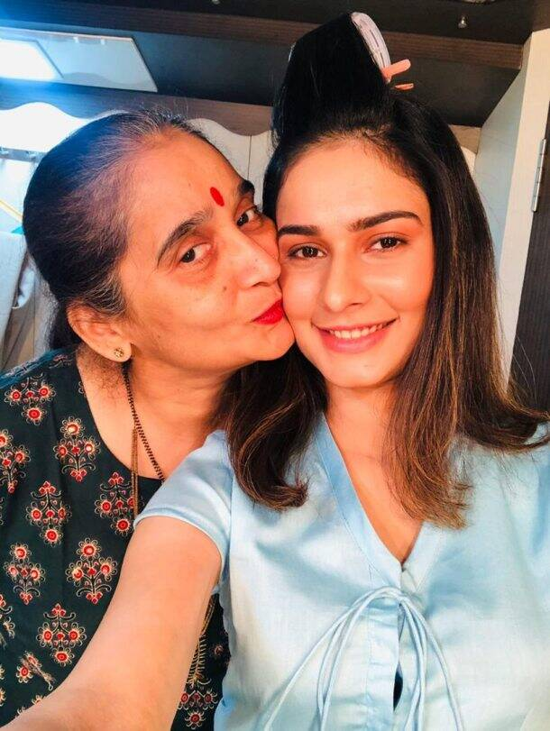 Aneri-Vajani-with-mother