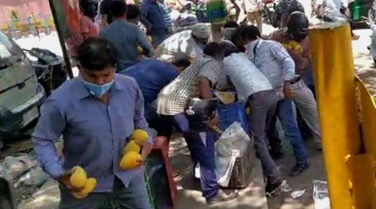 Delhi: Passers-by 'loot' mangoes worth Rs 20,000 from street vendor
