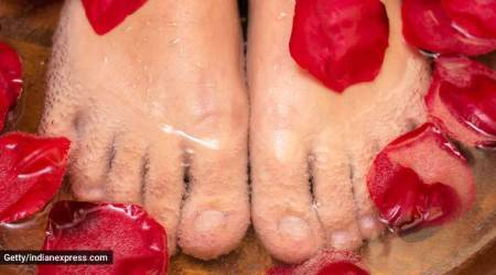 smelly feet, feet bath to to take care of odour, feet bath, DIY, easy DIYs for feet, cleaning the feet, indian express, indian express news