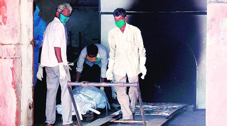 vmc, vadodara covid-19, vadodara covid deaths, Vadodara crematorium, Vadodara crematorium workers ppe kits, indian express news