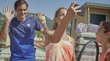 roger federer, italty rooftop tennis girls, federer surprise italy rooftop tennis girls, federer tennis rooftop video, rooftop tennis videos, indian express, covid lockdown tennis, indian express, tennis news, sports news