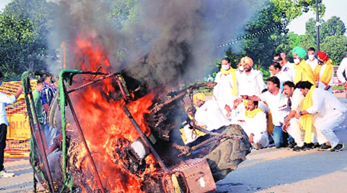 Delhi farmers protests, farmer protests Delhi, Delhi Police, Delhi news, Delhi city news, youth congress sets truck on fire, Indian Express