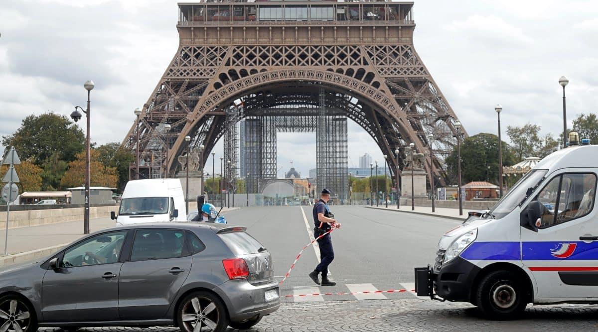 eiffel tower news, eiffel tower evacuated, paris police, eiffel tower bomb threat, paris news, indian express