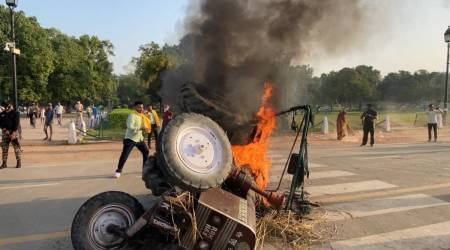delhi india gate tractor set on fire, india gate tractor set on fire, delhi farmers protest, india gate delhi farmers protest, delhi city news