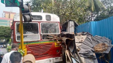 chembur bus accident, chembus bus crashes into traffic signal, mumbai best bus accident, mumbai city news, mumbai traffic