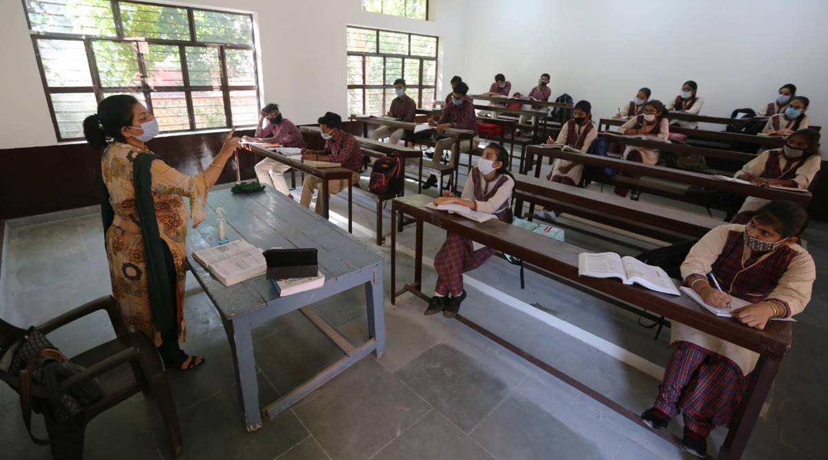 Maharashtra Covid updates, maharashtra final year exams, Maharashtra university offline exams, Mumbai news, Maharashtra news, Indian express news