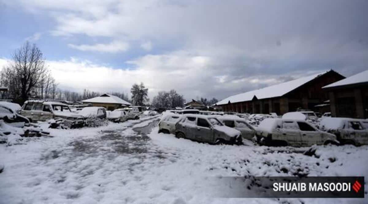 srinagar snow, srinagar snowfall, jammu and kashmir snow, jammu and kashmir snow photos, jammu and kashmir weather, jammu and kashmir rains, jammu and kashmir avalanches, jammu and kashmir news, trending news, indian express photos