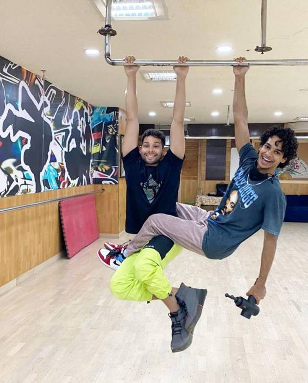 ishaan khatter with siddhanth chaturvedi
