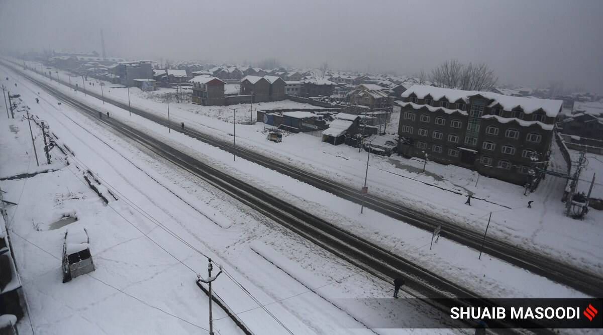 Roads closed, fuel rationed as snow shuts Kashmir Valley