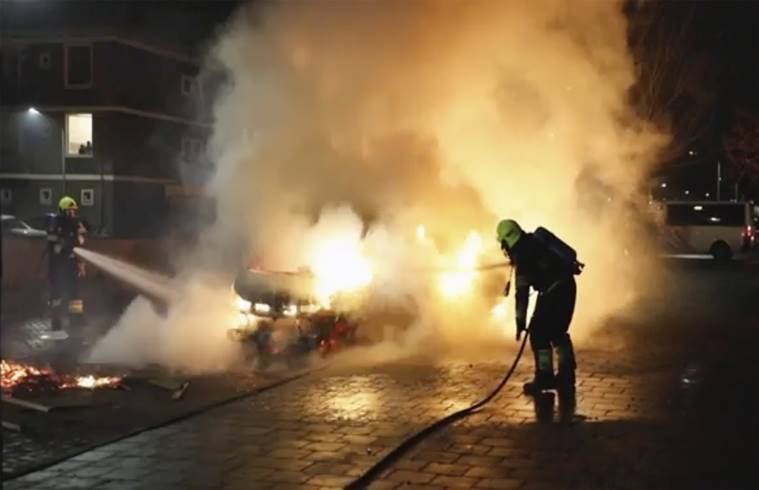 Dutch police deployed in force to curb rioting, looting