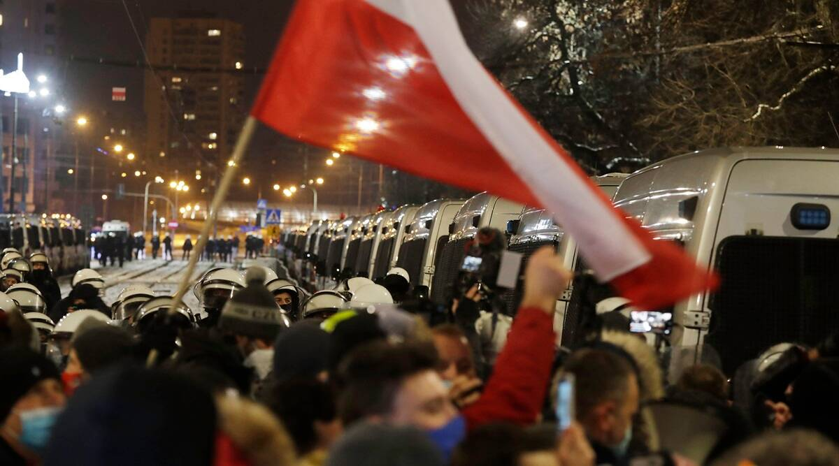 Poland: Thousands protest against abortion law for third straight night