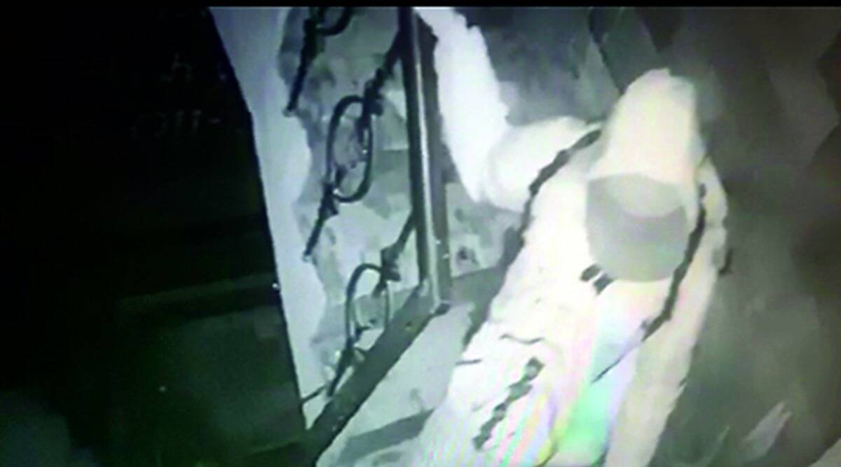 Man wearing PPE kit robs jewellery store