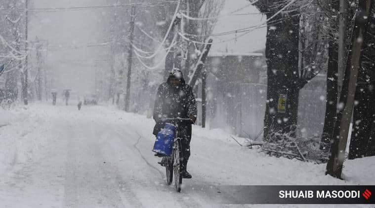 snowfall, snowfall in kashmir, jammu kashmir, kashmir snowfall, cold wave, winters, indian express news