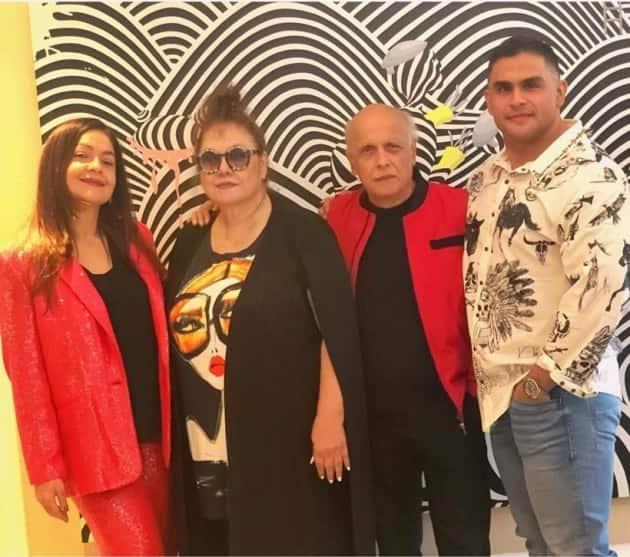 pooja Bhatt, mother Kiran Bhatt, dad Mahesh Bhatt and he brother Rahul