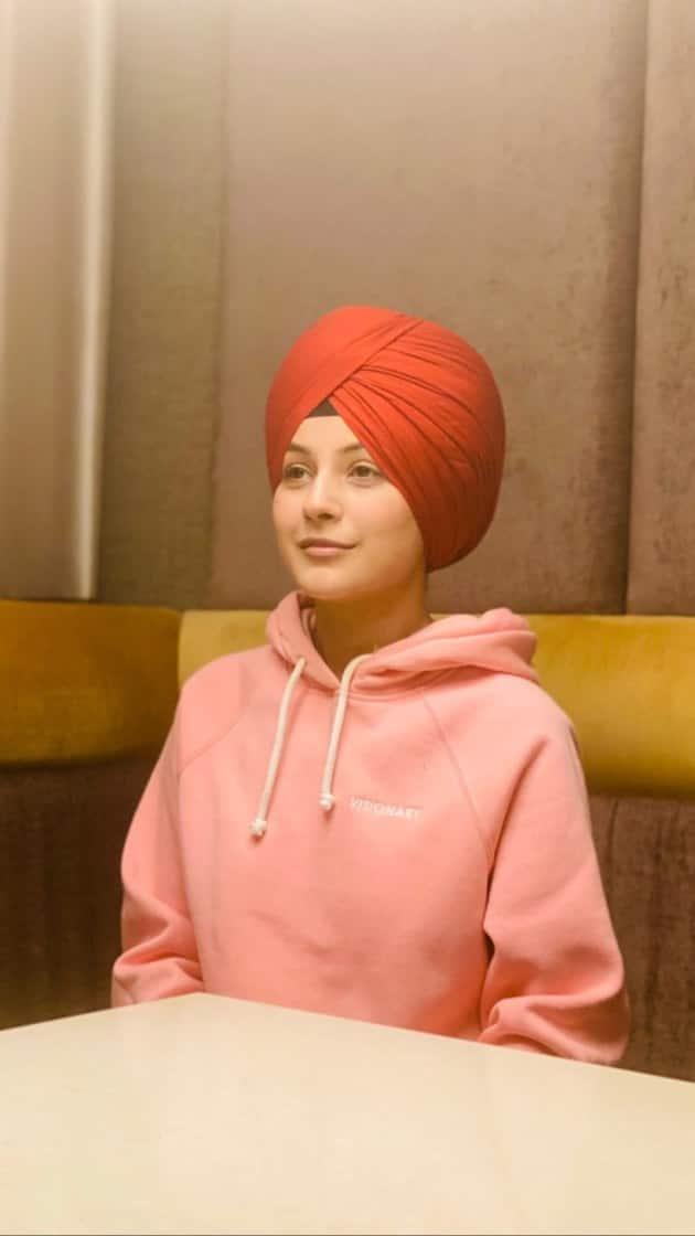 Shehnaaz Gill's latest photos made her fans go gaga as Honsla Rakh actress sported a red turban. Her fans called her 'the cutest Sardar Ji.