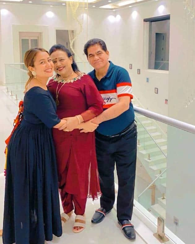 neha kakkar with her parents