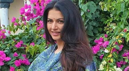Bhagyashree, Bhagyashree fitness, Bhagyashree exercises at home, exercises at home for arthritis pain, Bhagyashree arthritis pain management, indian express news
