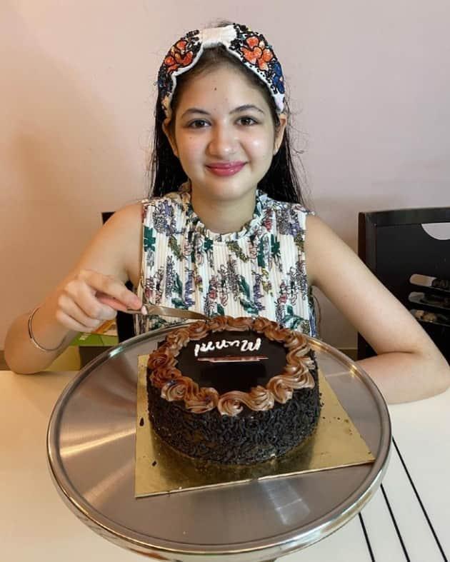 Harshaali Malhotra anither cake 3