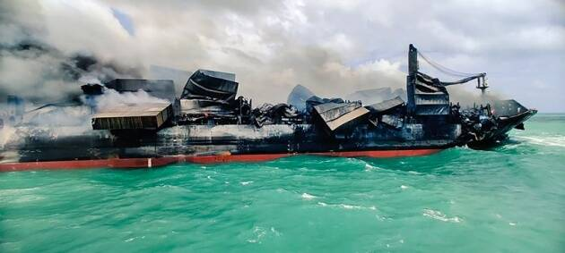 Sri Lanka ship fire, Colombo Harbour, oil spill