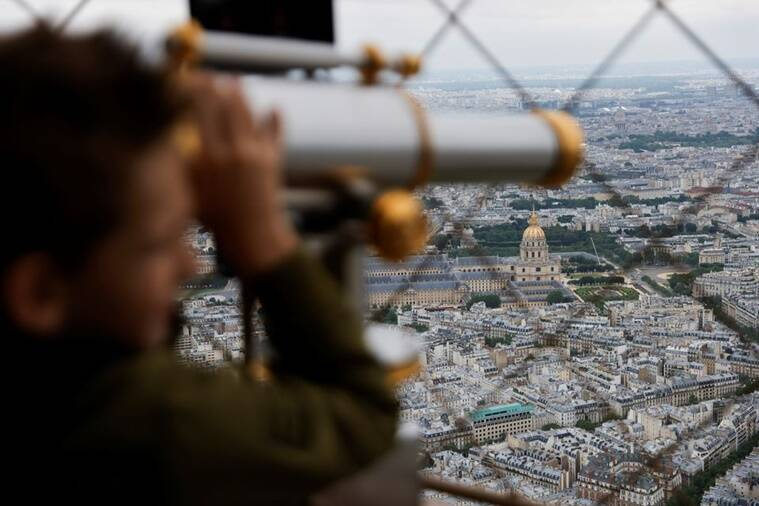 Eiffel tower 759 reuters Couple mark Eiffel Tower re-opening with marriage proposal