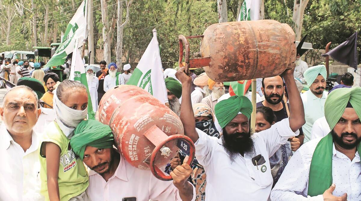 Outrage against inflation: In Punjab tractors parked by roadsides, farmers hoist gas cylinders, take to streets