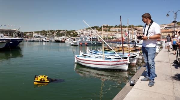 Maneter marine rengjøringsmiddel på jobb i fjernstyrt Cadamaran Cassis-port
