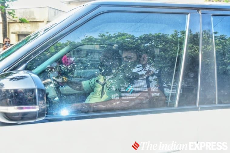 Salman khan at SRK house 01